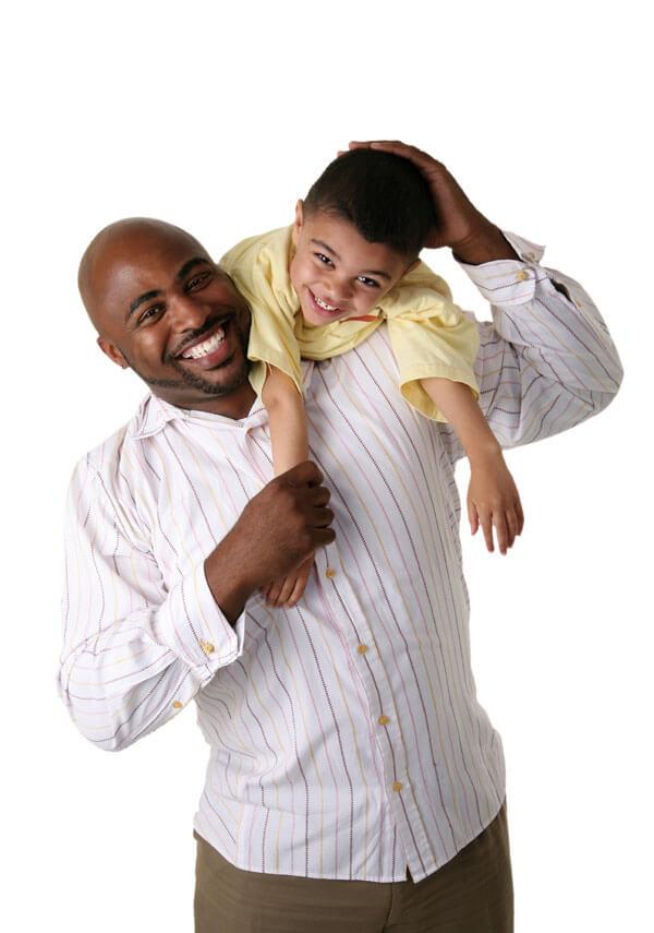 Un père avec son jeune fils sur une épaule